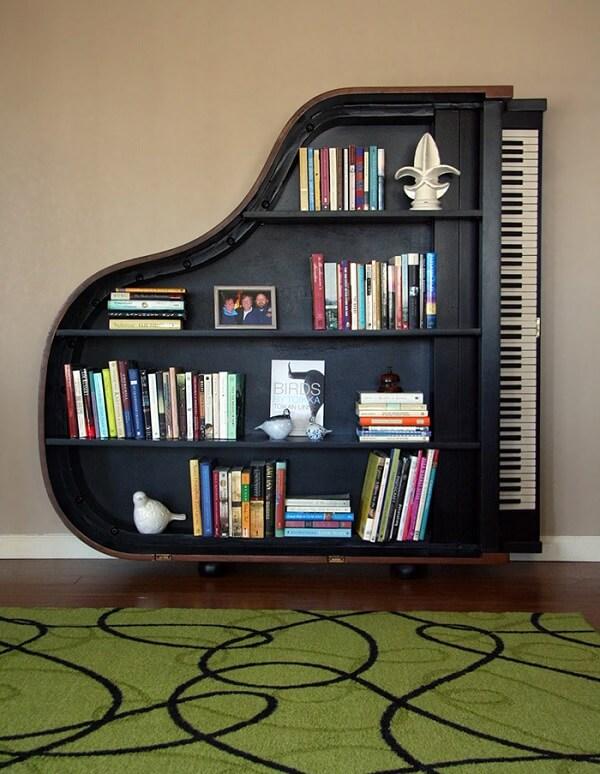 Prateleira para livros com design de piano