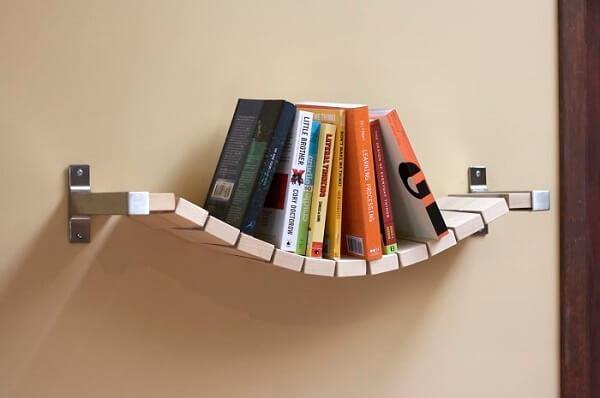 Prateleira para livros com design ousado feito de madeira