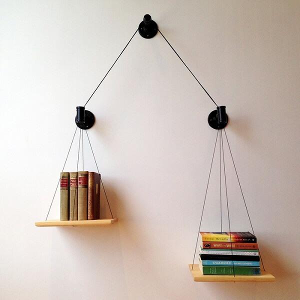 Prateleira para livros com estrutura de cabos