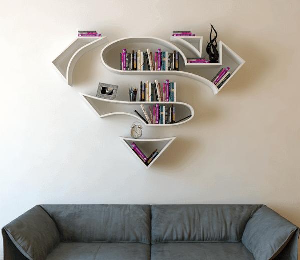 Prateleira para livros com o símbolo do Superman