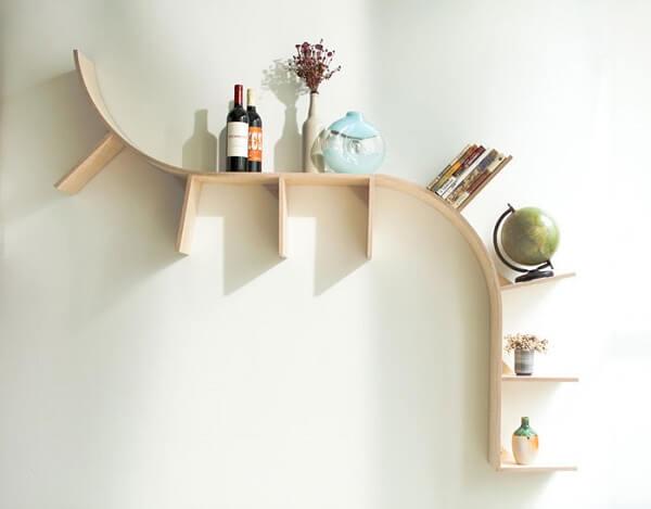 Prateleira para livros de madeira em formato curvo