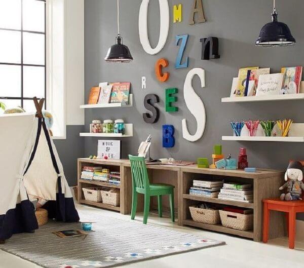 Prateleira para livros com estrutura de madeira