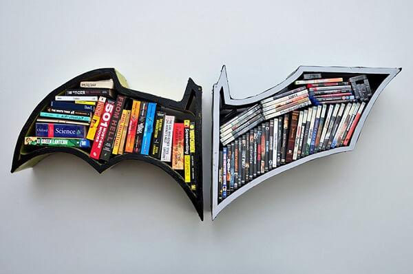 Prateleira para livros formado pelo simbolo do Batman