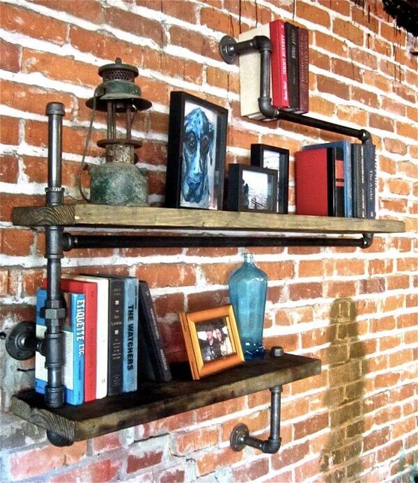 Prateleira para livros formada com estrutura de madeira e canos