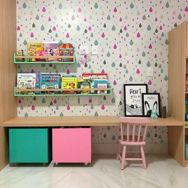 Prateleira para livros infantil posicionada acima da bancada de madeira