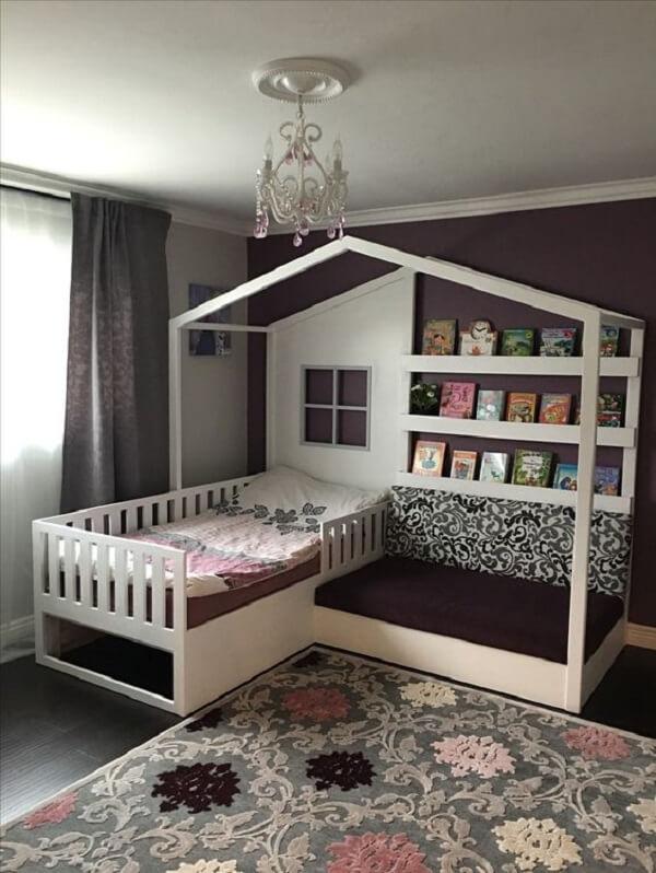 Prateleira para livros infantil embutida na estrutura da cama