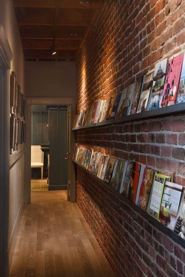 Prateleira para livros posicionadas no corredor