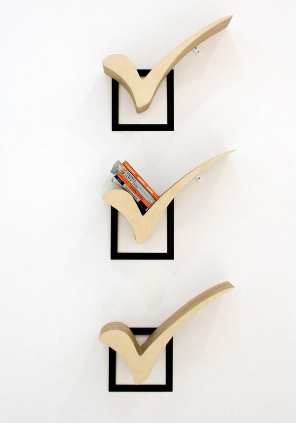 """Prateleiras para livros com design formado pelo """"check"""""""
