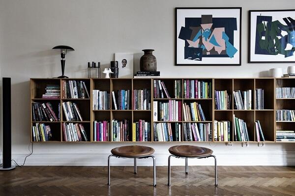 Prateleira para livros posicionado na sala de estar