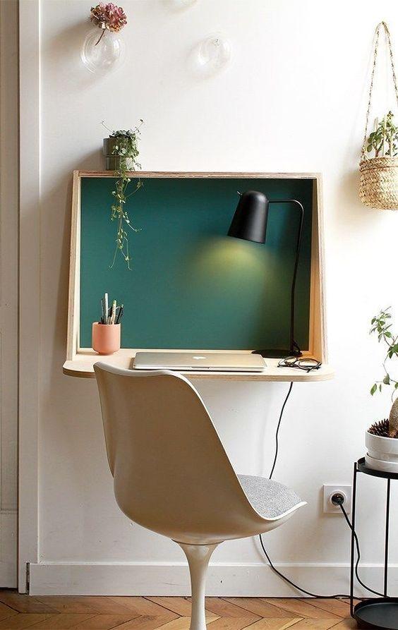 Quarto com mesa dobrável para home office