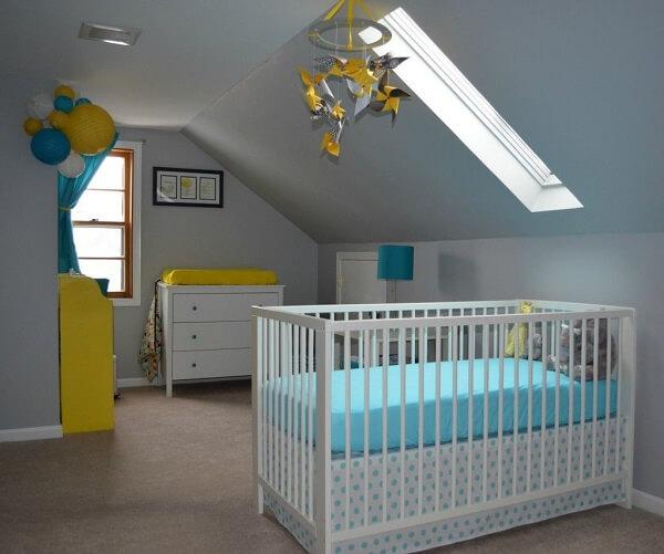 Quarto de bebê montado na área do sótão