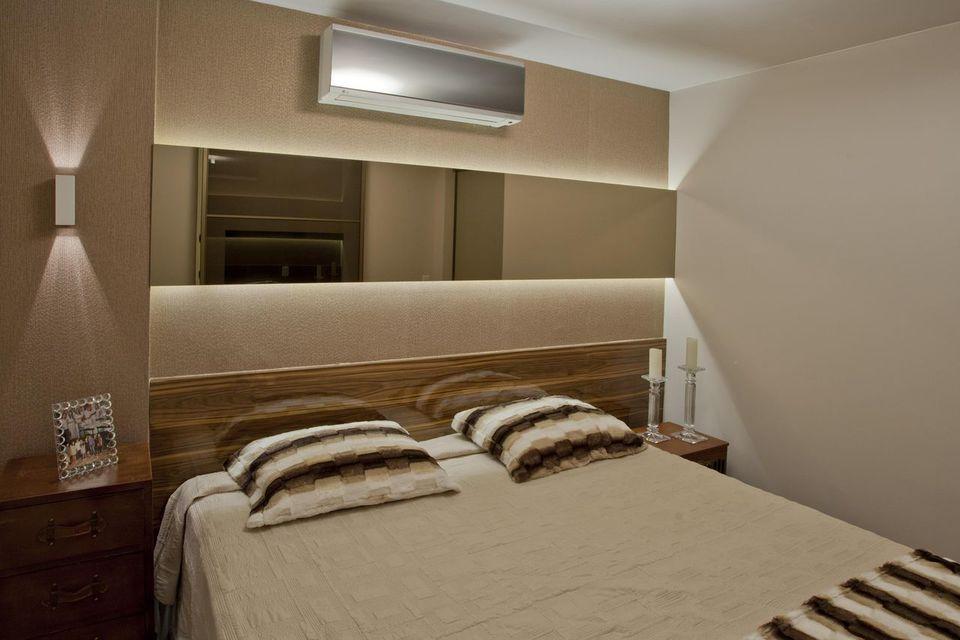 Quarto de casal moderno - quarto com espelho e cama com jogo listrado