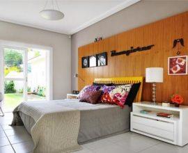 Quarto de casal moderno - quarto com painel de madeira com quadros