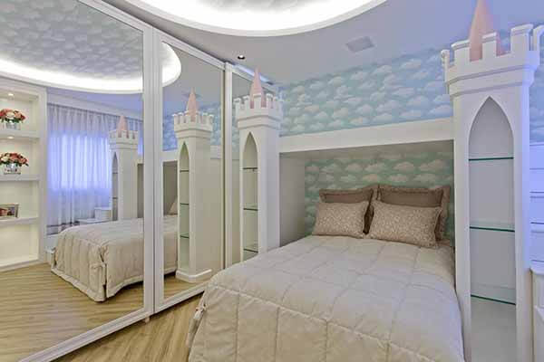 Quarto infantil planejado com cama em formato de castelo