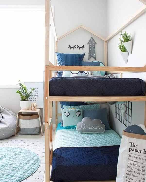Quarto infantil planejado com duas cama em madeira crua
