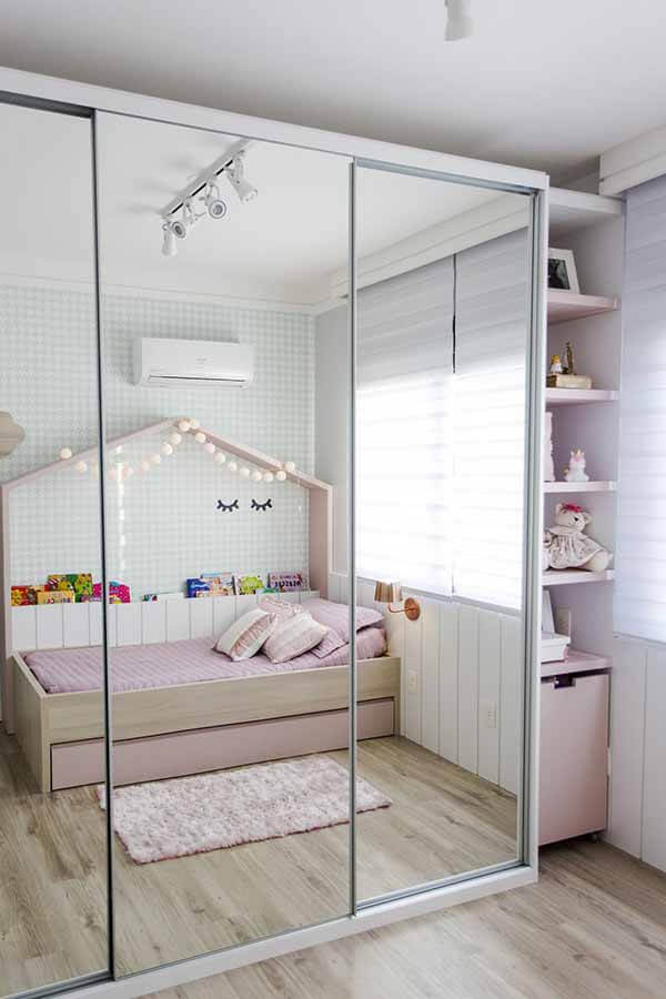 Quarto infantil planejado com móveis e casinha