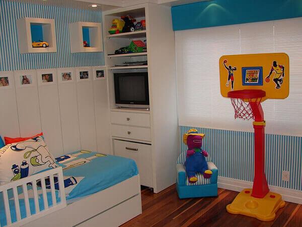 Quarto infantil planejado com papel de parede azul
