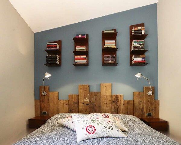 Prateleiras para livros de madeira acima da cabeceira da cama