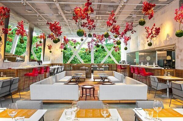 Restaurante decorado com inúmeros arranjos de kokedama suspensos