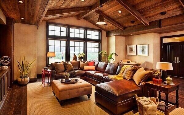 Sótão com sala de estar ao estilo rústico e sofá de couro