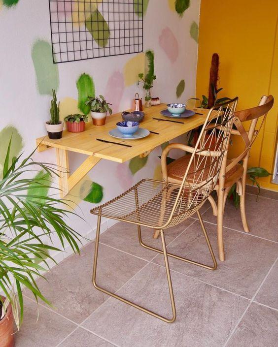 Sala compacta com mesa dobrável