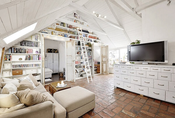 Uma biblioteca particular no sótão, que tal?