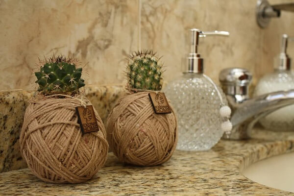 Utilize kokedama para enfeitar o banheiro