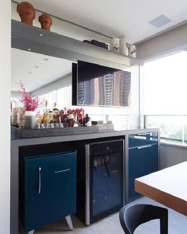 Varanda gourmet com mini geladeira azul