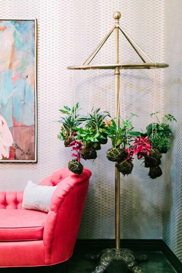 Vasos em kokedama decoram o ambiente da sala de estar