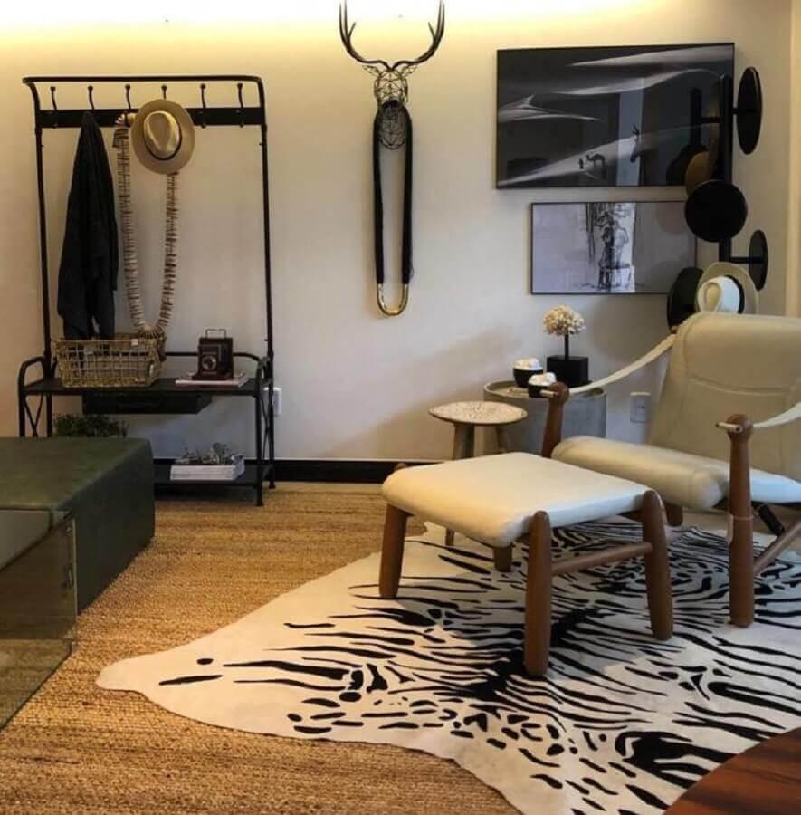 ambiente decorado com cabideiro de chão todo preto Foto Andreia Rocha Lima