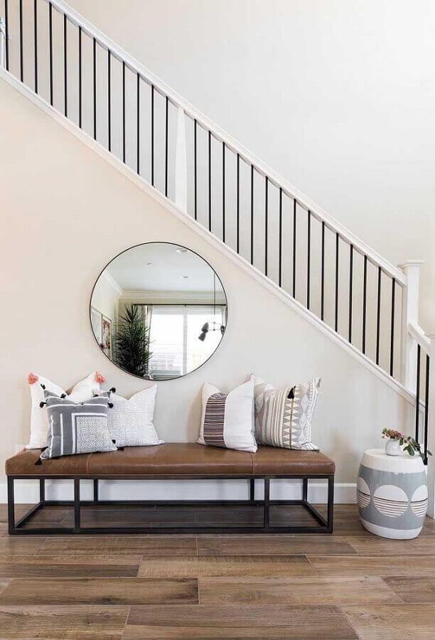 ambiente decorado com recamier de couro e espelho redondo Foto Pinterest