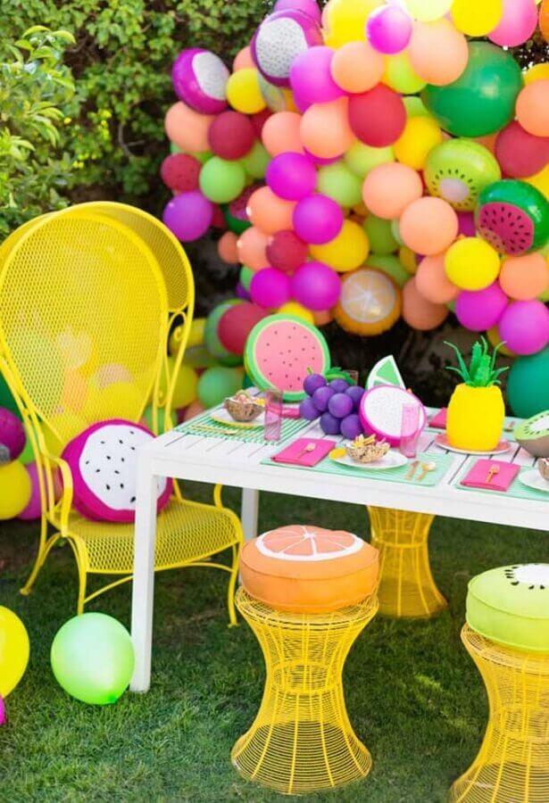 arranjo com balões colorido para decoração de festa na piscina Foto Pinterest