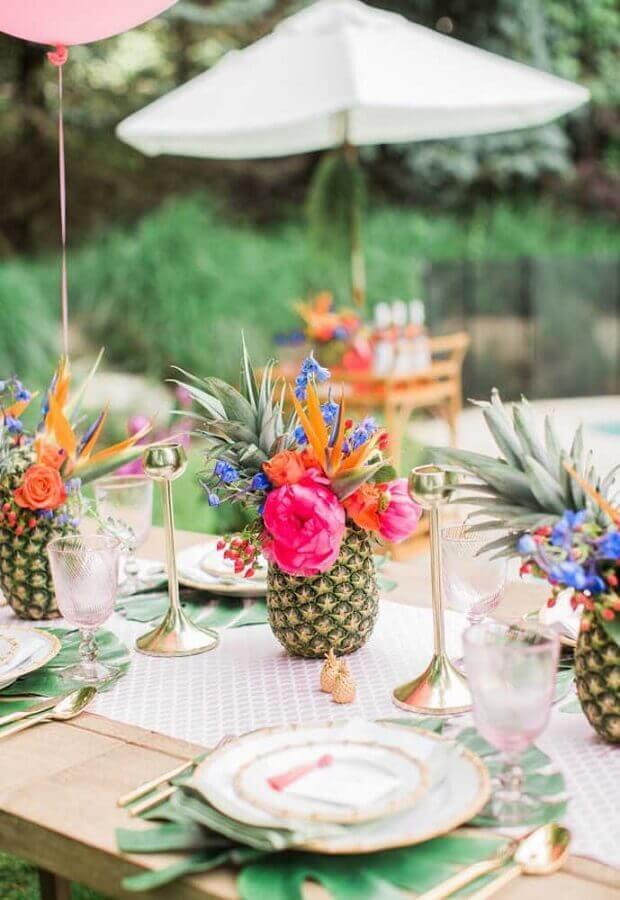 arranjo com flores dentro de abacaxi para festa na piscina Foto Beijos Events