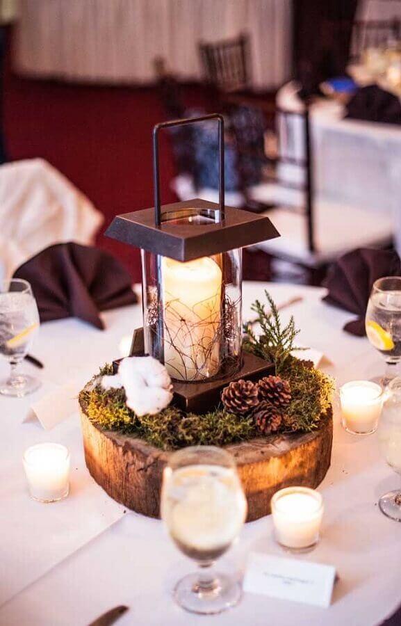 arranjo com velas e pinhas para decoração de bodas de casamento Foto Weddbrook
