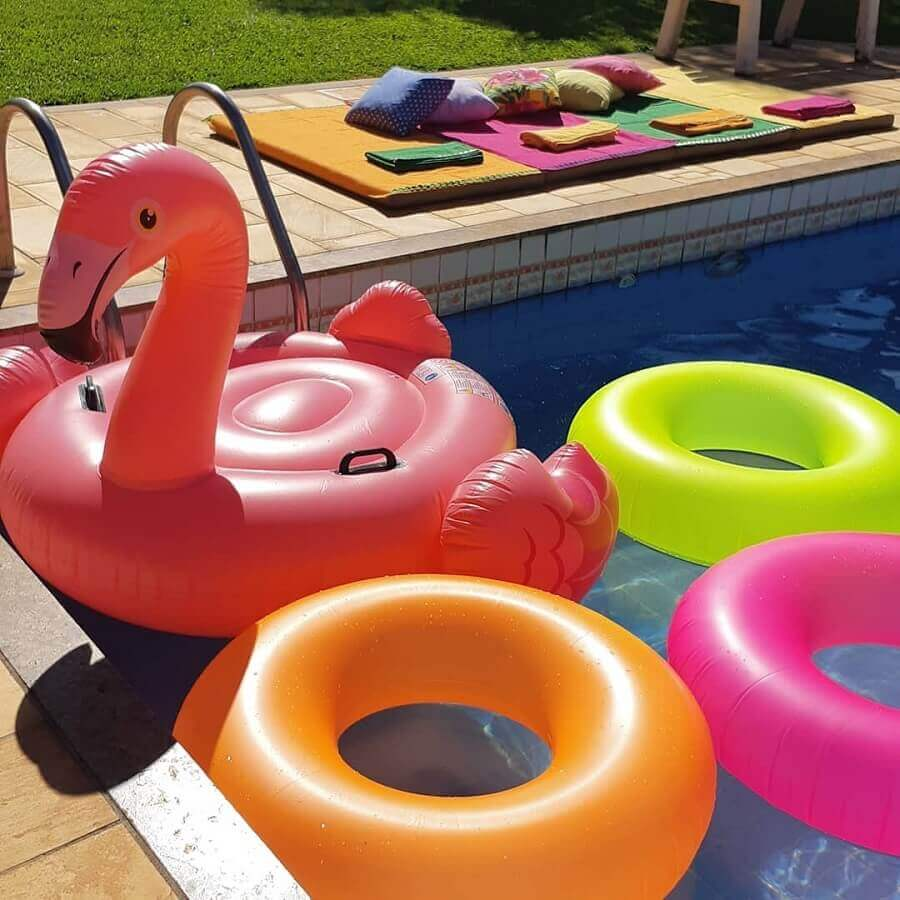 boias simples para decoração de festa na piscina Foto Mana Richter