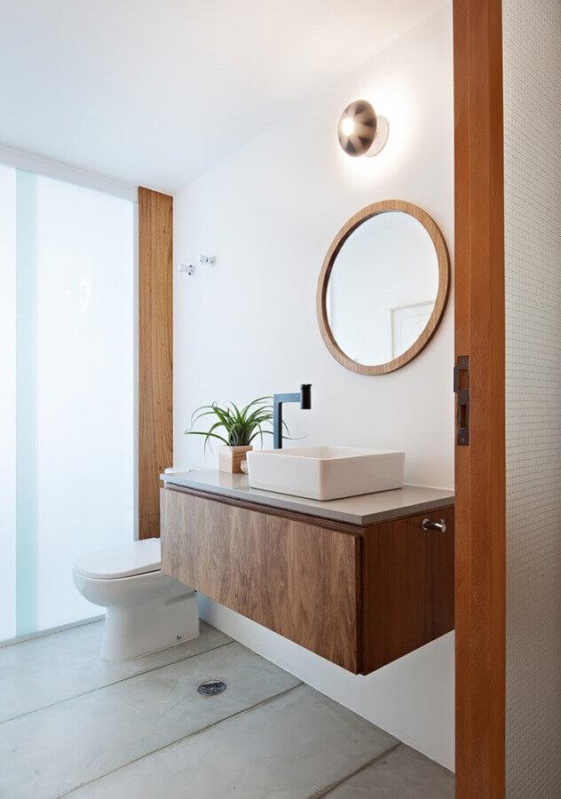 banheiro clean decorado com espelho redondo com moldura de madeira Foto OV.DO