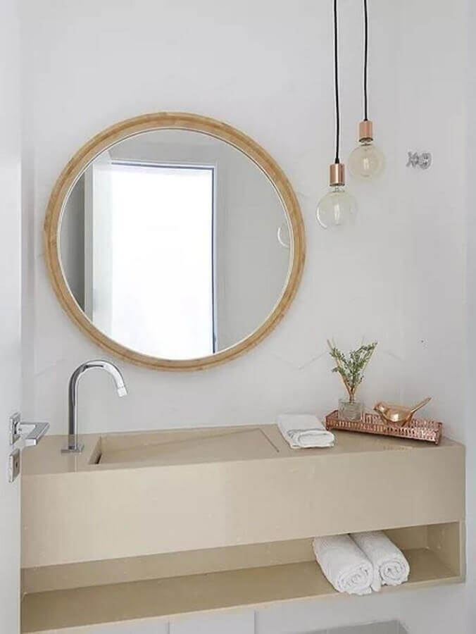 banheiro clean decorado com espelho redondo com moldura de madeira Foto Viviane Gobbato