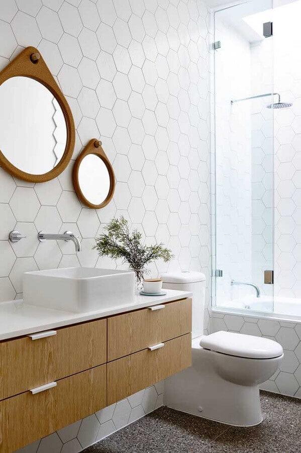 banheiro decorado com dois espelhos redondos com moldura de madeira Foto HomeWorldDesign