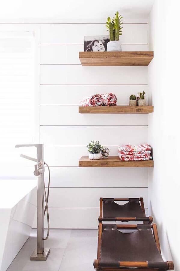 banheiro decorado com prateleira de madeira Foto Pinterest