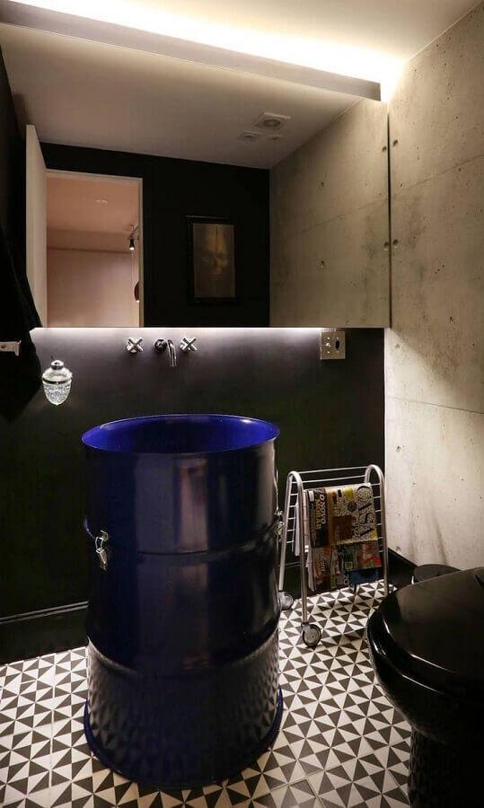 banheiro moderno decorado com tonel azul Foto SP Estudio