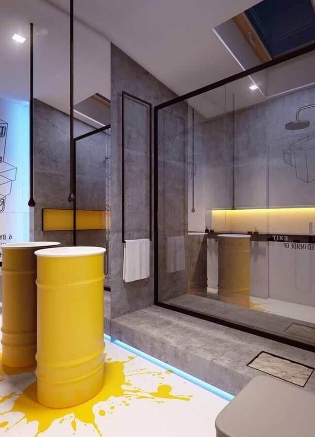banheiro moderno decorado com tonel decorativo amarelo Foto Pinosy