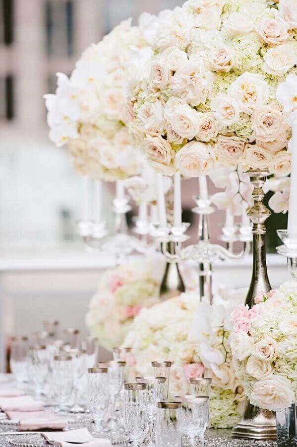 bodas de casamento decorado com arranjo de rosas Foto Weddbrook