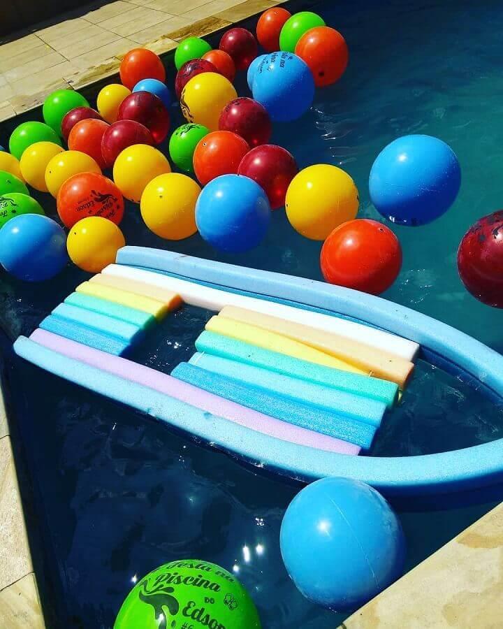 bolas coloridas para decoração de festa na piscina Foto Apaixonarte's Personalizados
