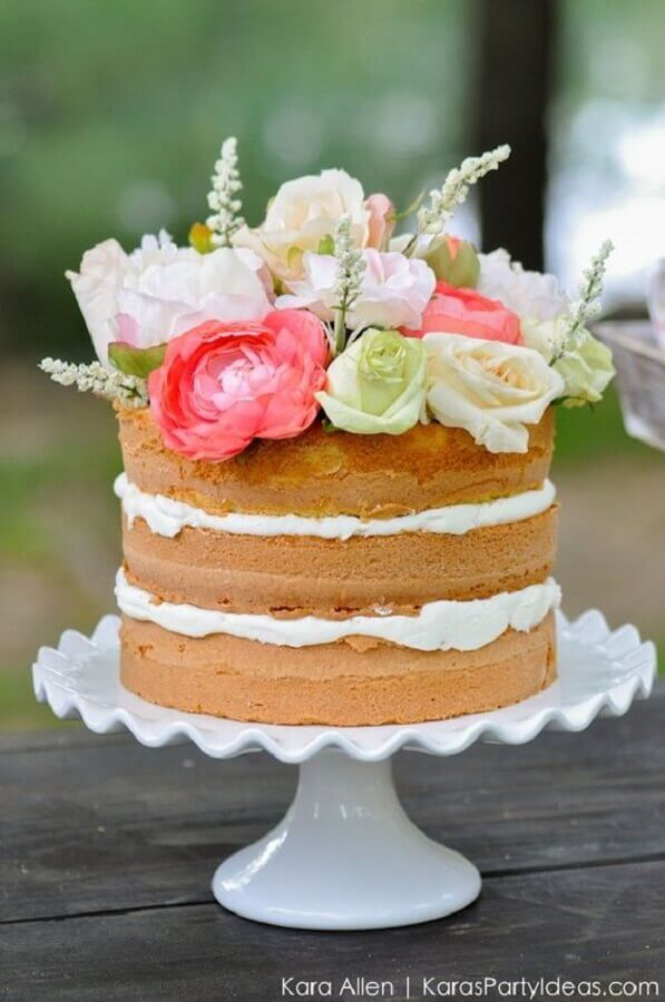 bolo festa na piscina decorado com flores no topo Foto Kara Allen