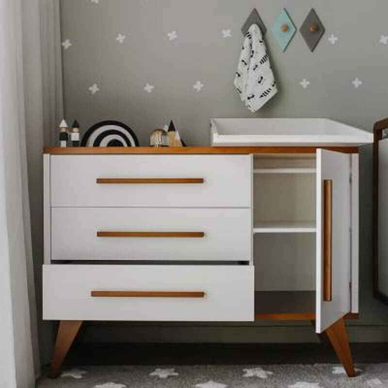 cômoda com cabideiro para decoração de quarto de bebê cinza Foto Boobam