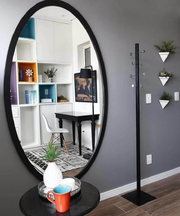 cabideiro de chão com design minimalista Foto Inside Arquitetura & Design