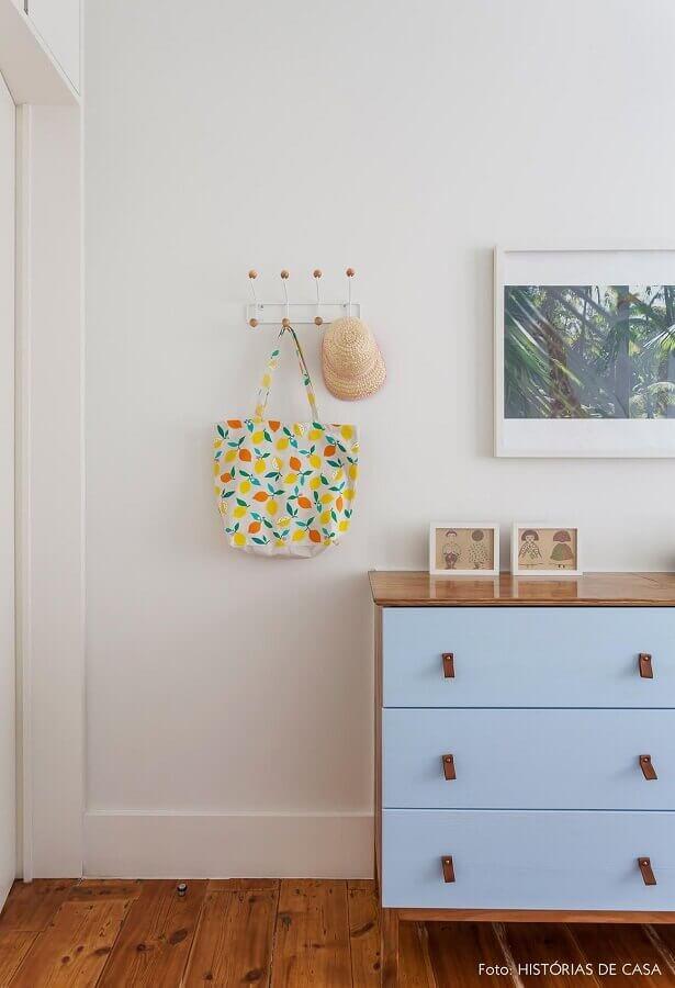 cabideiro de parede com bolinhas na ponta Foto Histórias de Casa