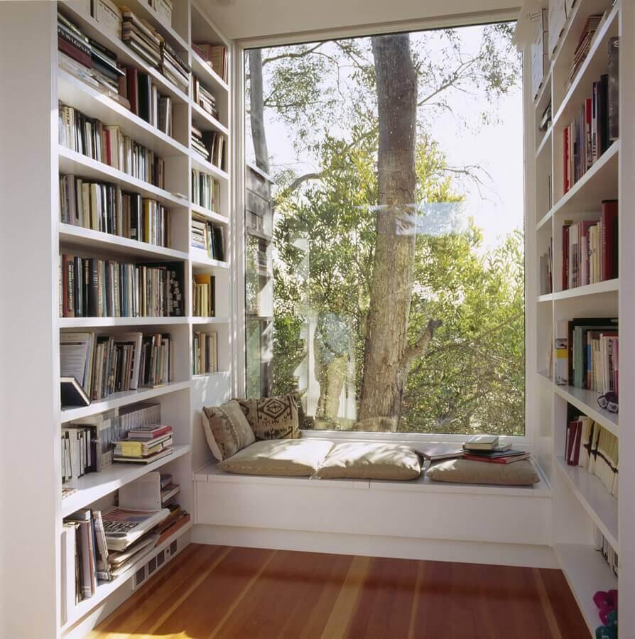 cantinho da leitura planejado com estante para livros Foto Oldmachar Academy