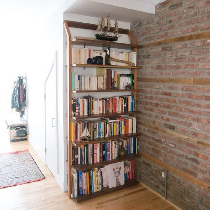 cantinho decorado com estante de madeira para livros Foto Touch of Modern