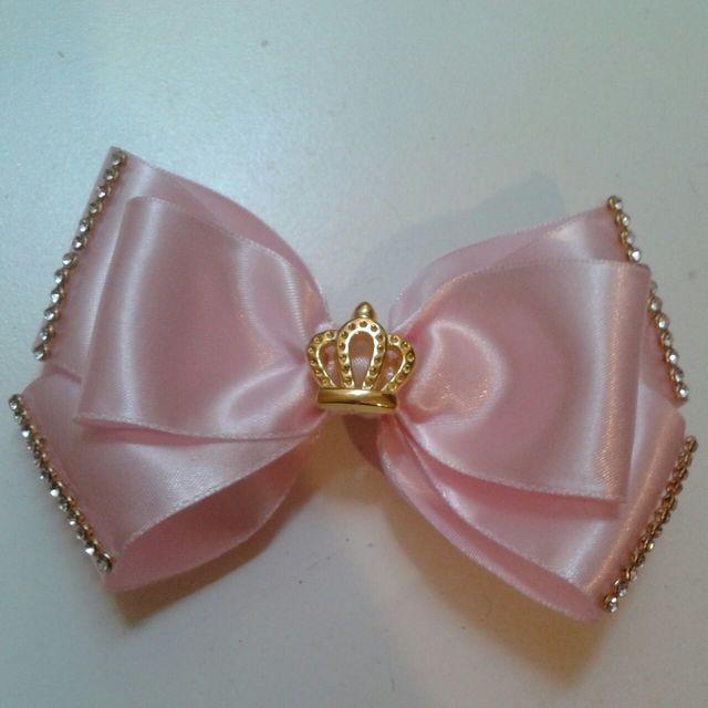 como fazer laço de fita - laço de fita rosa com miçangas e pingente de coroa